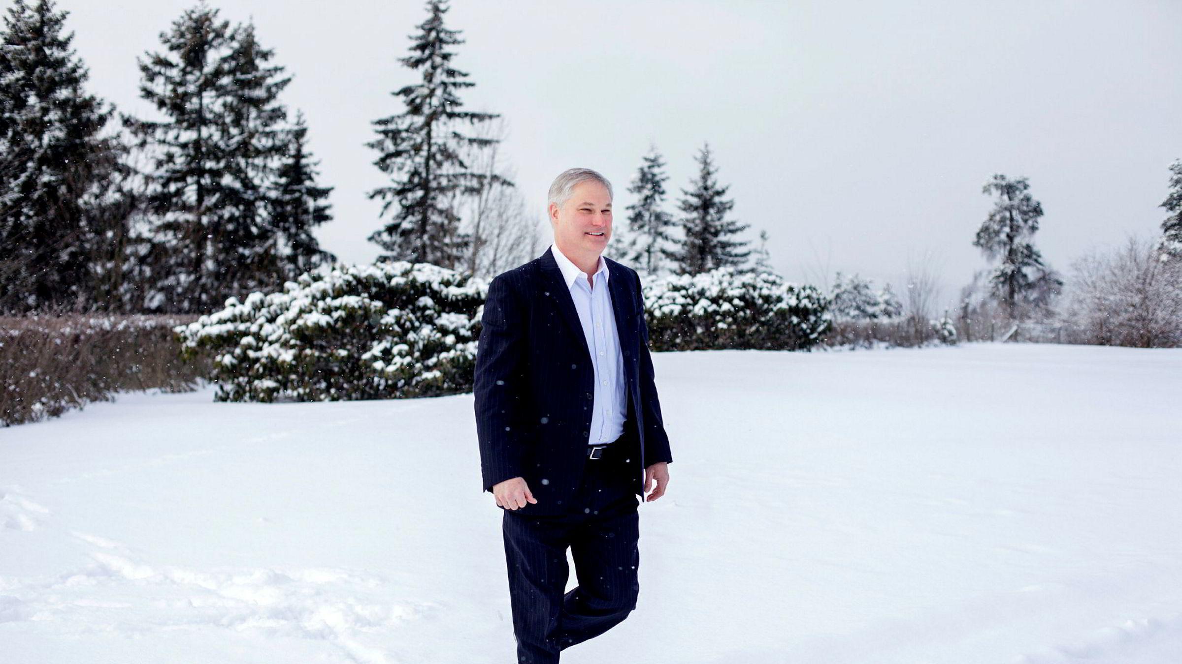 Han leder en leverandørgigant med stor virksomhet i Norge. Doug Pferdehirt, fersk konsernsjef i TechnipFMC, lover friske tanker for å få ned kostnadene på sokkelen. Her vasser han i snøen utenfor Holmenkollen Park Hotel, hvor Oslo Energy Forum arrangeres.