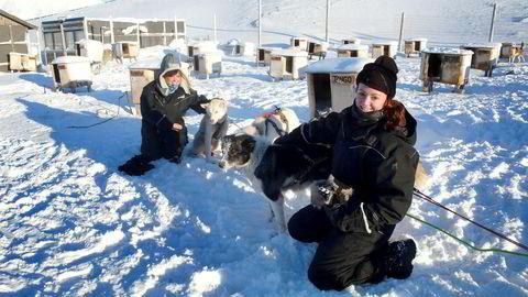 Marisol Was (36) (til venstre) og Anne von Blixen (34) kan ikke få fullrost Svalbard. Her er de tilbake fra hundekjøring utenfor Longyearbyen.