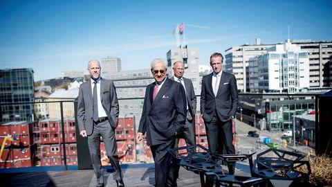 Bijan Mossavar-Rahmani (i forgrunnen) på taket av DNOs lokaler på Aker Brygge, sammen med gründerne av Origo exploration Ørjan Gjerde (til venstre) og Svein Ilebekk samt administrerende direktør i DNO Bjørn Dale.