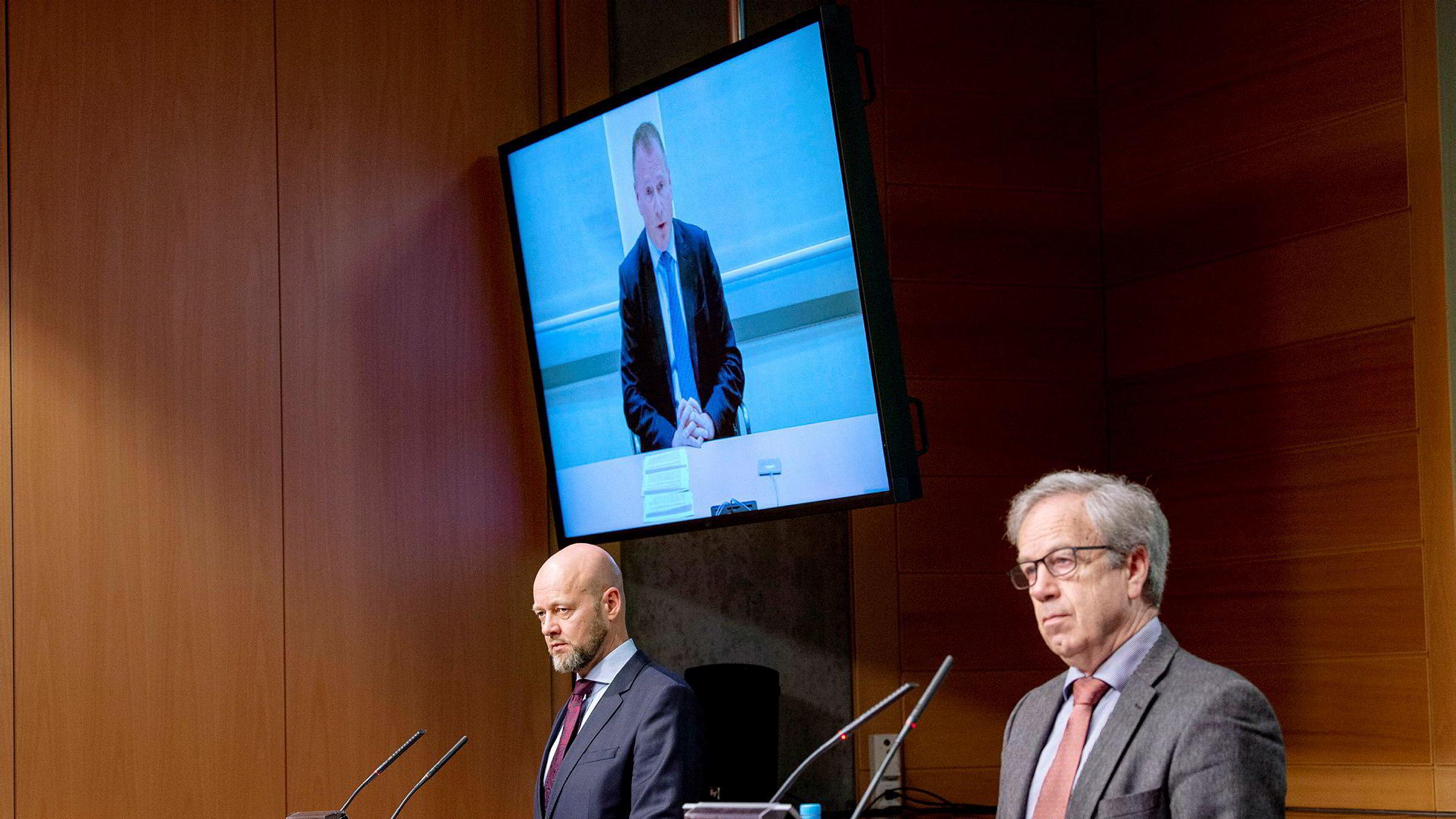 Sentralbanksjef Øystein Olsen (til høyre) presenterer Nicolai Tangen (på skjerm) som ny sjef for Oljefondet og den som skal overta etter avtroppende sjef Yngve Slyngstad (til venstre).
