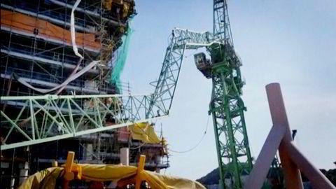 Arbeidet på Statoil-plattformene som bygges på verftet Samsung Heavy Industries er helt stanset opp etter ulykken der to kraner kollliderte.