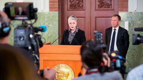 Leder av Nobelkomiteen, Berit Reiss-Andersen, har fått nok av kandidater å velge mellom til neste fredsprisutdeling. På bildet offentliggjør hun, med komiteens sekretær Olav Njølstad (i bakgrunnen), fjorårets vinner av fredsprisen; Den internasjonale kampanjen for forbud mot atomvåpen, ICAN.