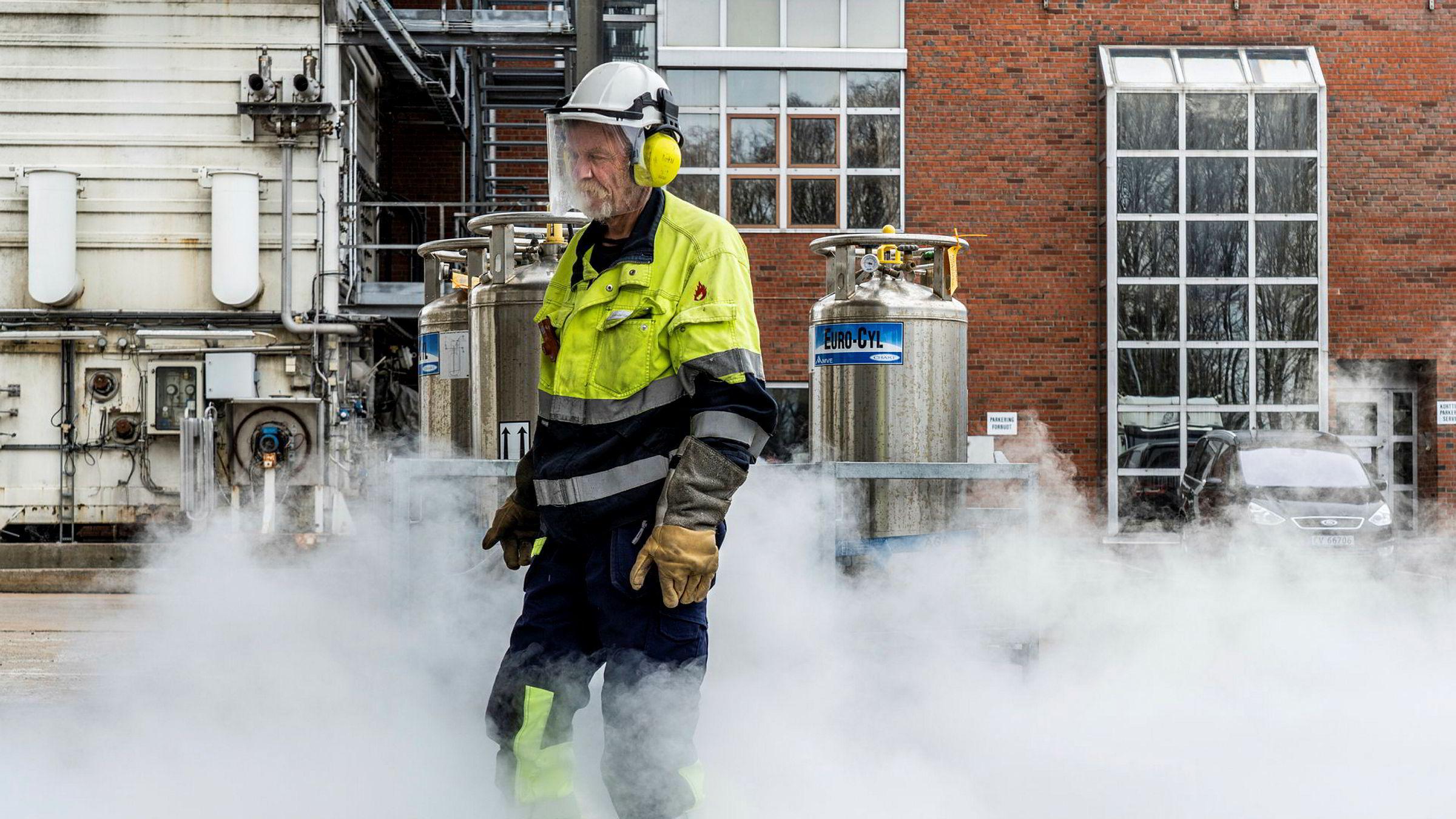 Linde Gas (AGA) på Furuset lager medisinsk oksygen til så å si alle landets sykehus og respiratorer.