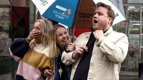 Programleder Christine Dancke (midten) overrasker Freddy Kalas og moren hans med street art i Drammen.