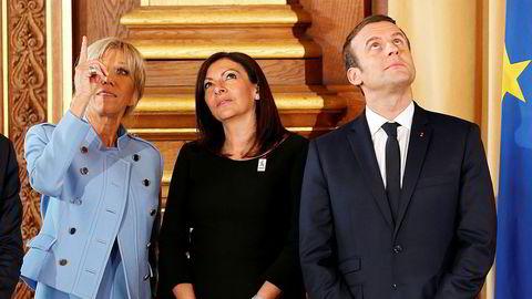 Emmanuel Macron ble søndag innsatt som ny fransk president. Her sammen med sin koneBrigitte Trogneux (til venstre) og Paris' borgermester Anne Hidalgo under seremonien på Hotel de Ville i Paris.