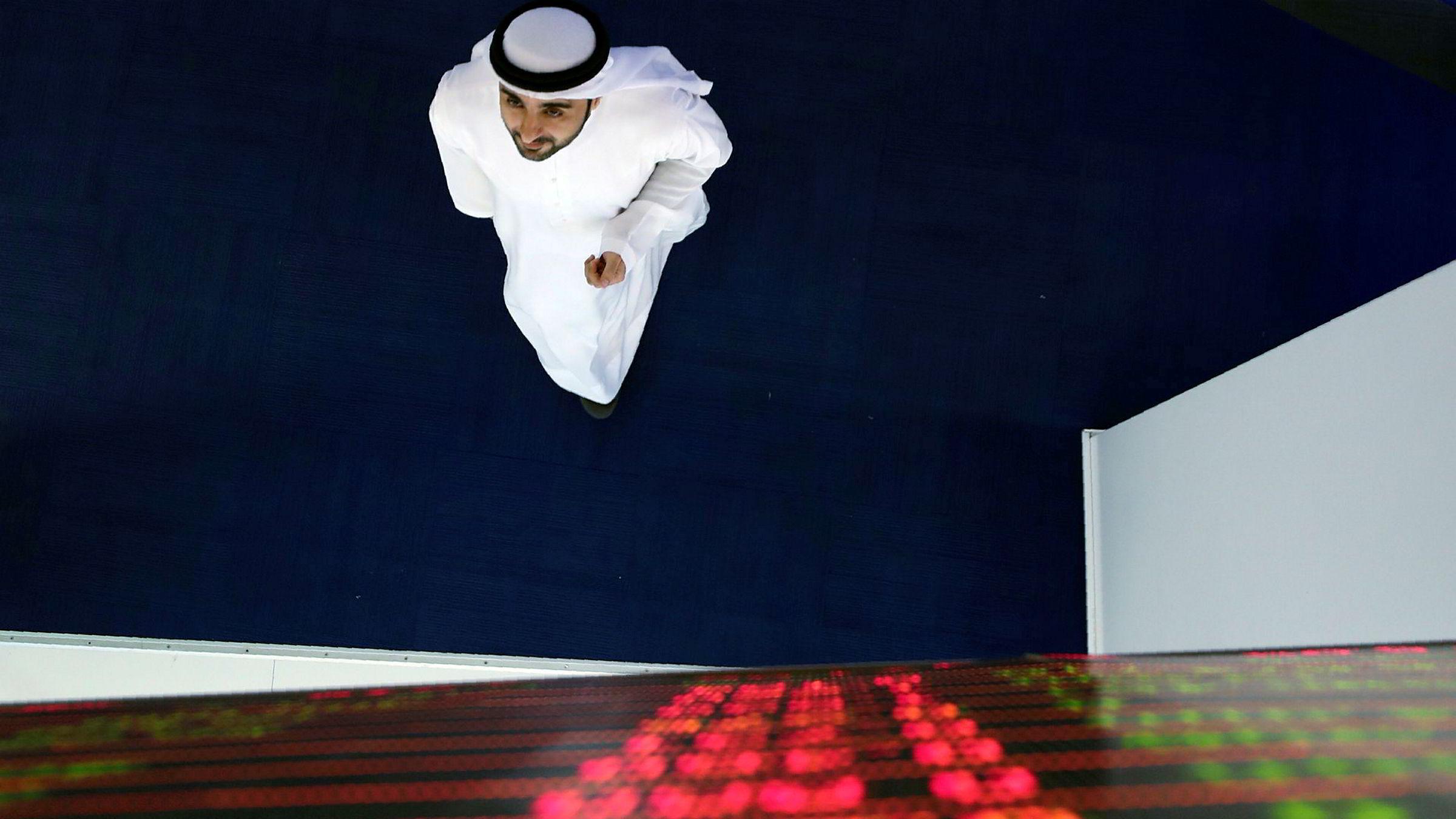 En megler følger kursutviklingen på den søndagsåpne Dubai-børsen. Det ble mange røde tall fra åpningen av, som følge av koronaviruset og Opec+-kollaps.
