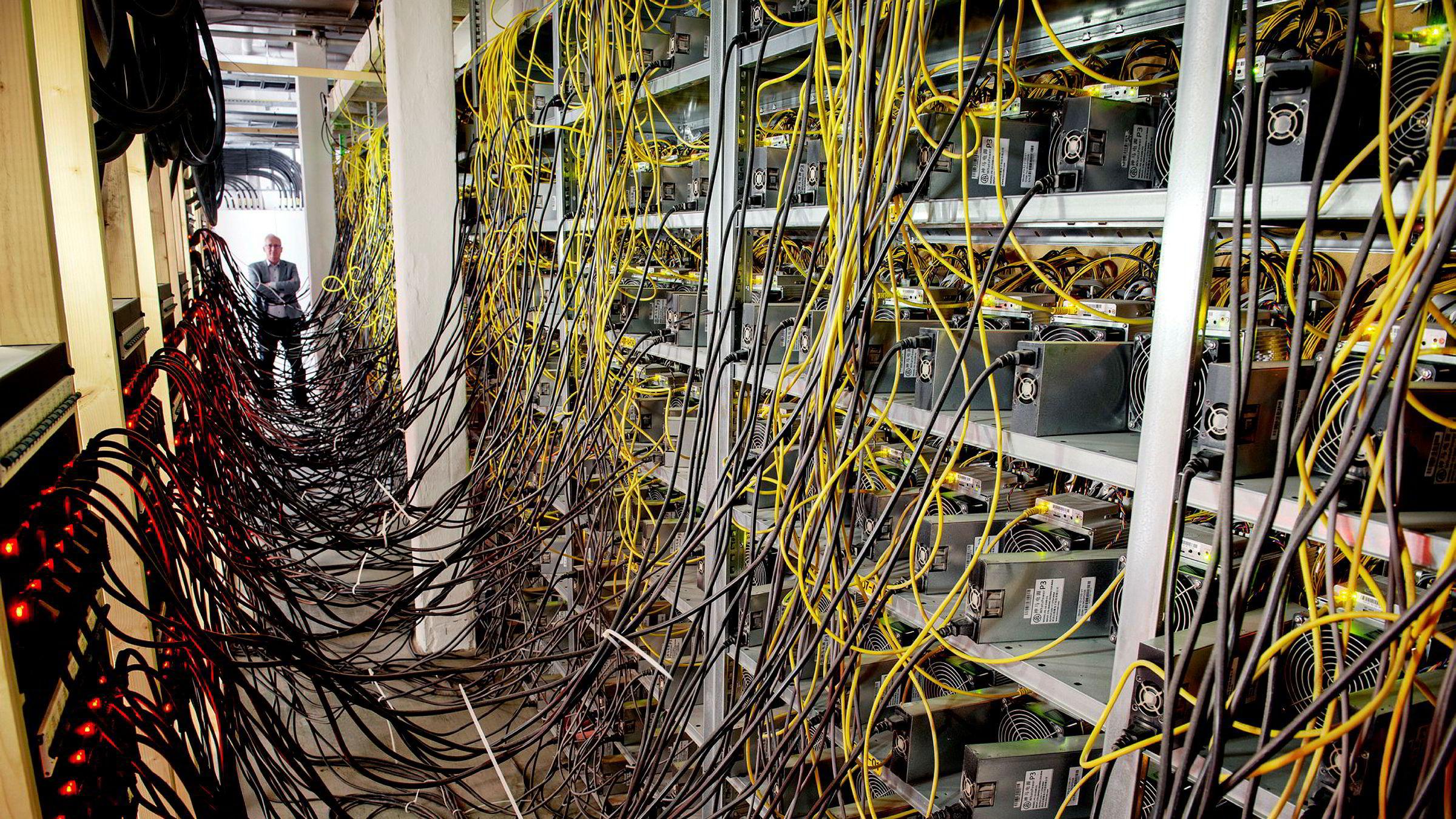 Tidligere statssekretær og finanspolitisk talsperson i Frp, Gjermund Hagesæter (helt i enden), er talsperson og med på eiersiden i Kryptovault-systemet, som leier ut datasenterkapasitet til bitcoinutvinnere.