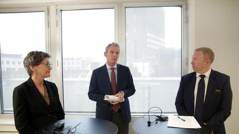 Administrerende direktør Tellef Thorleifsson (i midtne), styreleder Olaug Svarva og juridisk direktør Thomas Fjeld Heltne i Norfund fortalte onsdag om gigantsvindelen selskapet er utsatt for i Kambodsja.
