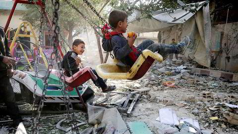 De to syriske guttene i utkanten av Damaskus leker i ruinene av krigen i landet. Denne uken erklærte Syria seier over IS.