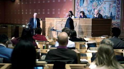 – Hvordan er det mulig, spurte Frps Carl I. Hagen (til venstre) om Boligbygg-saken. Byråd for næring og eierskap, Geir Lippestad, måtte svare på spørsmål i spørretimen under byrådsmøte onsdag.