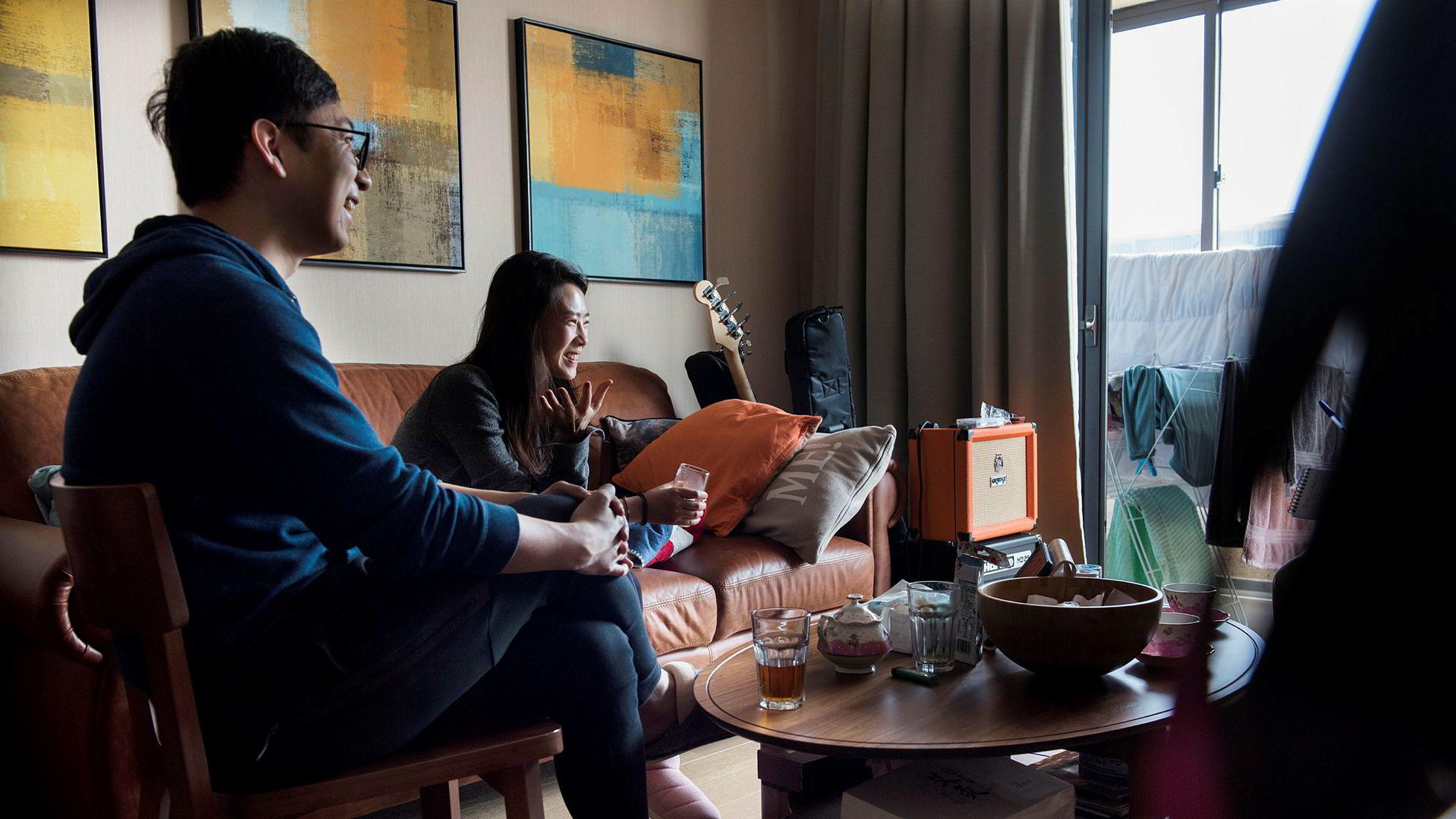 Det unge paret Yu «Angel» Zhong (til høyre) og Hao Wu flyttet inn i en ny leilighet i Pudong-distriktet i Shanghai i fjor. Senere har boligprisene steget over 20 prosent, og nye boligkjøpere har vanskeligere for å få lån i banken.