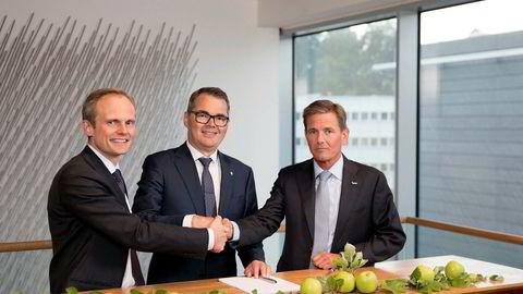 Hydro signerte mandag avtalen om kjøp av Orklas eierandel av Sapa. Fra venstre Egil Hogna (Sapa), Svein Richard Brandtzæg (Hydro) og Peter A. Ruzicka (Orkla).