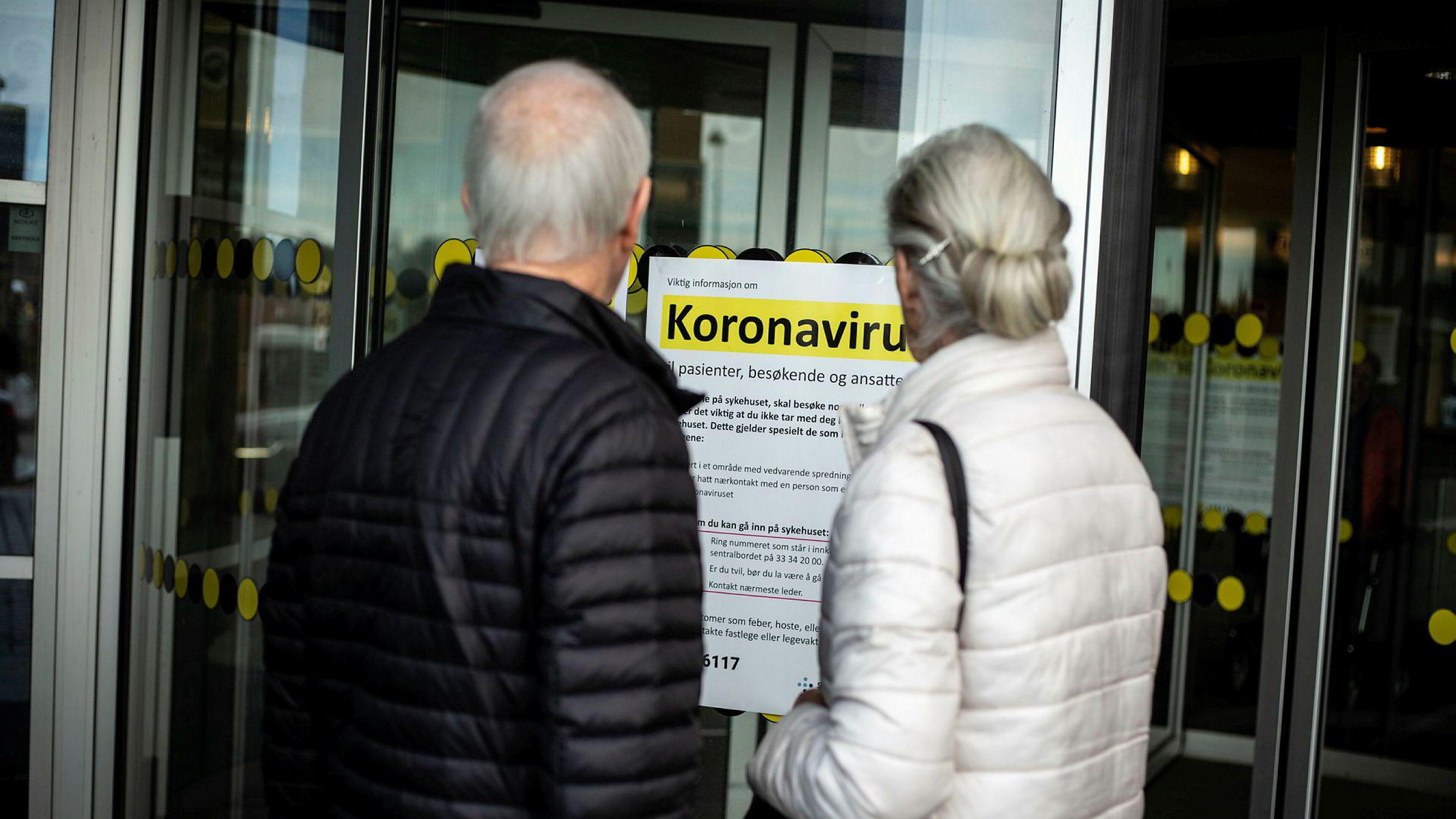 Plakater med informasjon om koronaviruset er plassert ved inngangen til ved Sykehuset i Vestfold.