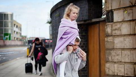 En mann bærer en ung jente på skuldrene nær Victoria station i Manchester dagen etter bombeangrepet ved Manchester Arena mandag kveld. Angrepet er det verste på over ti år i Storbritannia. Landets statsminister Theresa May sier i en pressemelding at politiet behandler eksplosjonen som et terrorangrep.