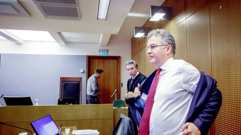 Tor Helness' forsvarer Petar Sekulic (til venstre) brukte mye tid på å lese opp brev fra en pensjonist i Drangedal som forklaring på hvorfor verdens nest beste bridgespiller Tor Helness var av den oppfatning av han ikke skal betale skatt til Norge. Geir Helgemos forsvarer Halvard Helle til høyre.
