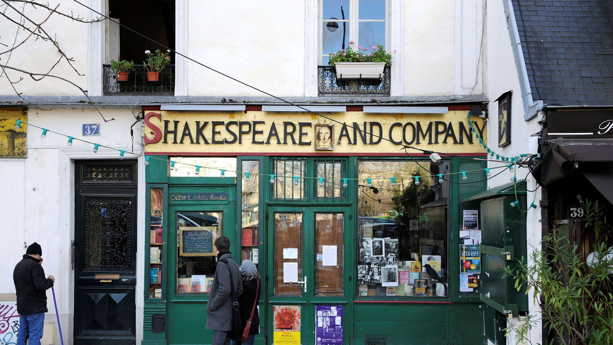Teksten over inngangen til bokhandelens lesesal sier «Be not inhospitable to strangers, lest they be angels in disguise», skriver forfatteren. Her utenfor bokhandelen Shakespeare and Company i Paris.