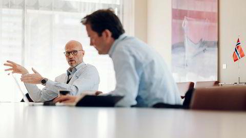 Torgrim Reitan, konserndirektør, utvikling og produksjon internasjonalt (DPI) i Equinor, møter DN i Equinors kontorer på Forus utenfor Stavanger. Kommunikasjonssjef i Equinor Bård Glad Pedersen til høyre.