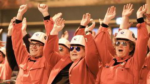 Bakteppet for prosjektet vårt er hverdagen til operatørene som vokter hjertemuskelen for aluminiumfremstilling – produksjonscellene – i Hydros nylig innviede pilotanlegg på Karmøy, skriver innleggsforfatterne. Her fra åpningen av pilotanlegget.