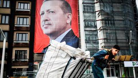 Den absurde krisen som fulgte av at Nederland nektet den tyrkiske utenriksministeren innreise i landet, har overskygget det som faktisk står på spill med grunnlovsendringene tyrkerne skal stemme over, skriver artikkelforfatteren. Her en plakat av president Recep Tayyip Erdogan på Taksimplassen i Istanbul.