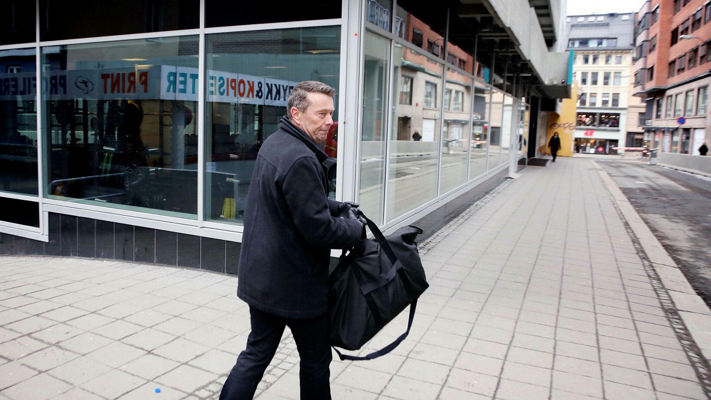 Styreleder Tomas Brunegård i Mentor Medier utenfor kontorene til Mentor Medier torsdag morgen. Foto: