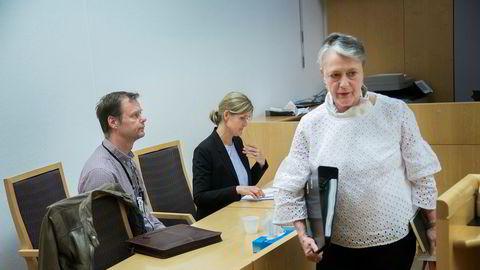 Politioverbetjent Johnny Helle fra Økokrim (til venstre), politiadvokat Anne Glede Allum og den Gartnerhallen-ansattes forsvarer Berit Reiss-Andersen pakker sammen sakene sine etter rettsmøtet fredag.