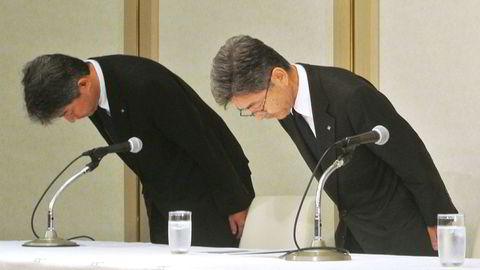 Konserndirektør Naoto Umehara (til høyre) hos Kobe Steel er den siste i en lang rekke japanske næringslivstopper som må bukke dypt og unnskylde seg etter nok en ny skandale i japansk næringsliv.