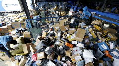 «Når hele verden er et tommelfinger-touch unna og du får varen levert i postkassen, er det enkelt å velge det rimeligste, uansett om det kommer fra Kina eller Kirkenes. Dette er et politisk ansvar som vi forventer at politikerne griper fatt i snarest», skriver innleggsforfatterne. Bildet viser pakkesortering i Beijing.