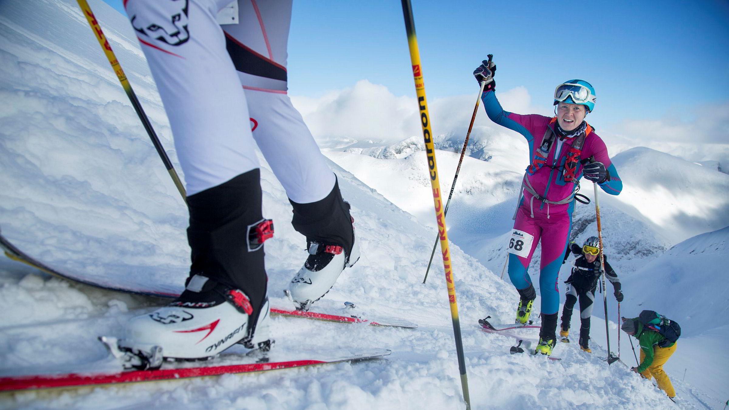 Johanna Erikson fra Tromsø Randoneeklubb sliter seg oppover konkurransetraseen sammen med de andre deltagerne.