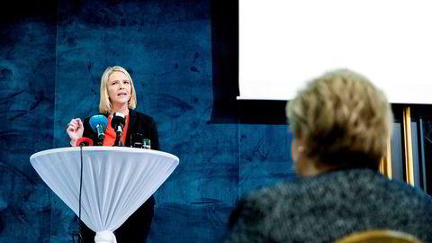 Justisminister Sylvi Listhaug har skapt trøbbel igjen for statsminister Erna Solberg (til høyre).