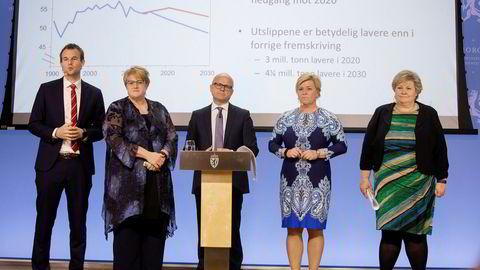 Kjell Ingolf Ropstad (KrF), Trine Skei Grande (V), miljøminister Vidar Helgesen (H), finansminister Siv Jensen (Frp) og statsminister Erna Solberg (H) presenterte oppdaterte utslippstall.