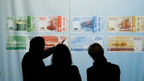 I enkelte situasjoner kan sedler og mynt være eneste mulighet for å få betalt, og i en krisesituasjon er kontantene en trygghet. Men spørsmålet er om vi trenger de store sedlene. Her fra presentasjonen av de nye sedlene fra Norges Bank.