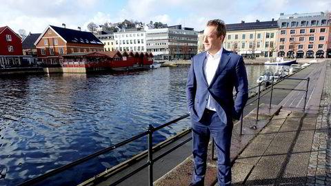Ørjan Svanevik, administrerende direktør i Arendals Fossekompani, utenfor selskapets kontorer i Pollen i Arendal.