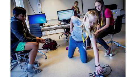 Finjustering. Jayan Thayananathan, Marte Kilde Mosnes og Freya Hordern-Larsen sjekker om den programmerte roboten deres gjør det de vil den skal. Hvis alt går etter planen, skal den attpåtil spille «Til Elise». I bakgrunnen står Ingrid Solheim Underberget.