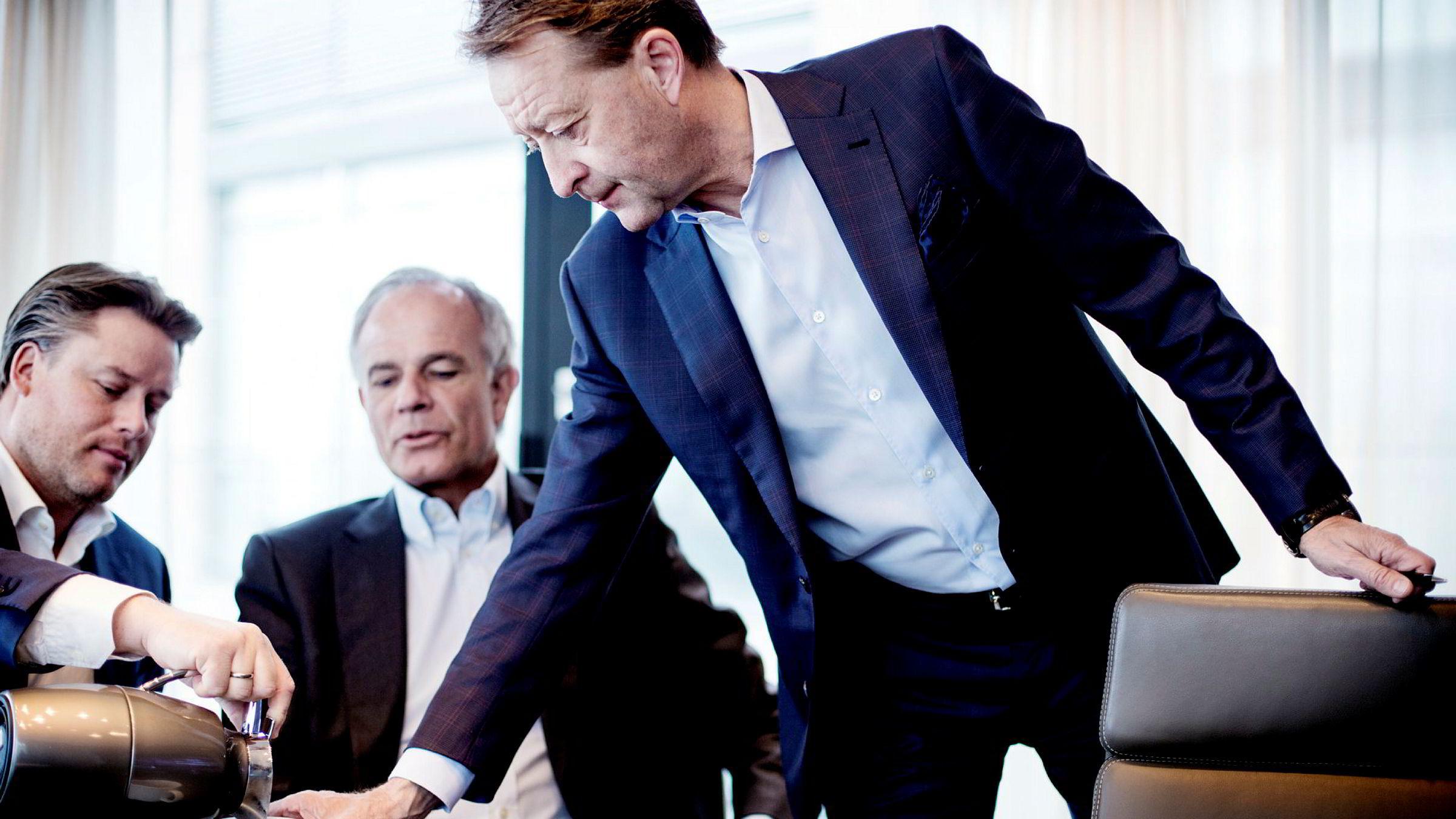 Fra sitt hovedkontor på Aker Brygge har Bjørn Rune Gjelsten bygd milliardomsetning i Gjelsten Holding med en fot i flere bransjer. Nå kan en legemiddelinvestering gi stor fremtidig avkastning hvis alt klaffer. Fra venstre sitter Rune Marsdal og Henrik Schüssler.