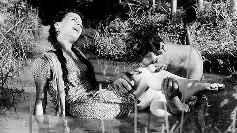 Sensur av kunstuttrykk har en lang historie i Tyrkia. I 1964 ble filmen «Susuz yaz» (bildet) av Metin Erksan smuglet til festivalen i Berlin og endte opp med Gullbjørnen.