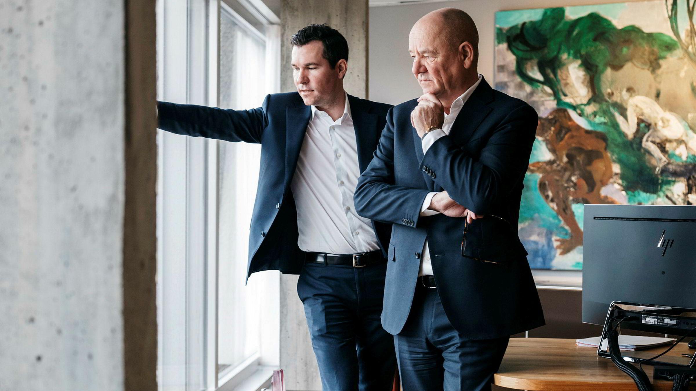 Sindre Ertvaag (til venstre) sammen med faren John Arild Ertvaag i familieselskapet Camars kontorer i Stavanger sentrum. Sammen forvalter de to en formue på 1,3 milliarder kroner.