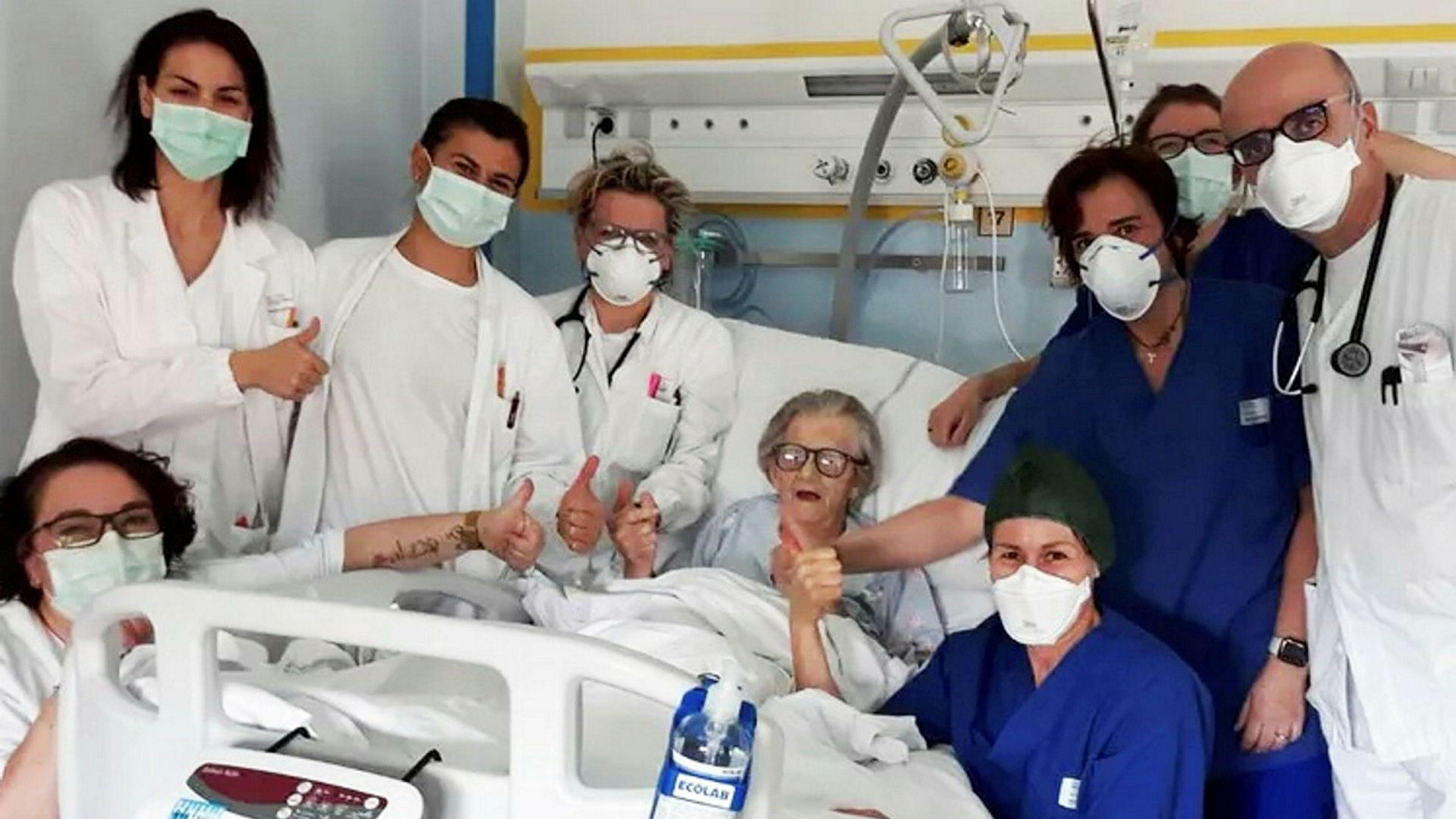 95 år gamle Alma Clara Corsini er den eldste hittil som har overlevd koronaviruset. Det ble feiret på et sykehus i Pavullo i Italia.