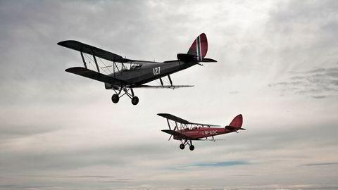 Flyvende museum. Norges nest eldste fly, en rød Tiger Moth fra 1935, og en grønn fra 1941, flyr i formasjon over Kjeller flyplass. – Det er viktigere å ha fly som faktisk flyr, enn fly som står på bakken som museumsgjenstander, sier Dag Flatebø