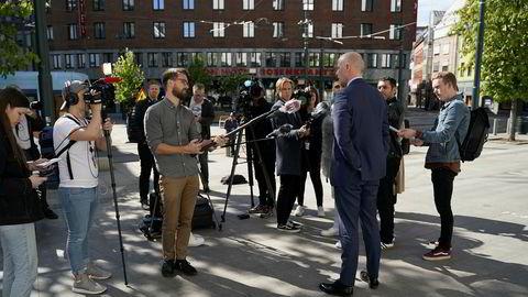 Tom Hagens forsvarer, Svein Holden, møter pressen kort tid etter at deres anke vant frem i lagmannsretten.