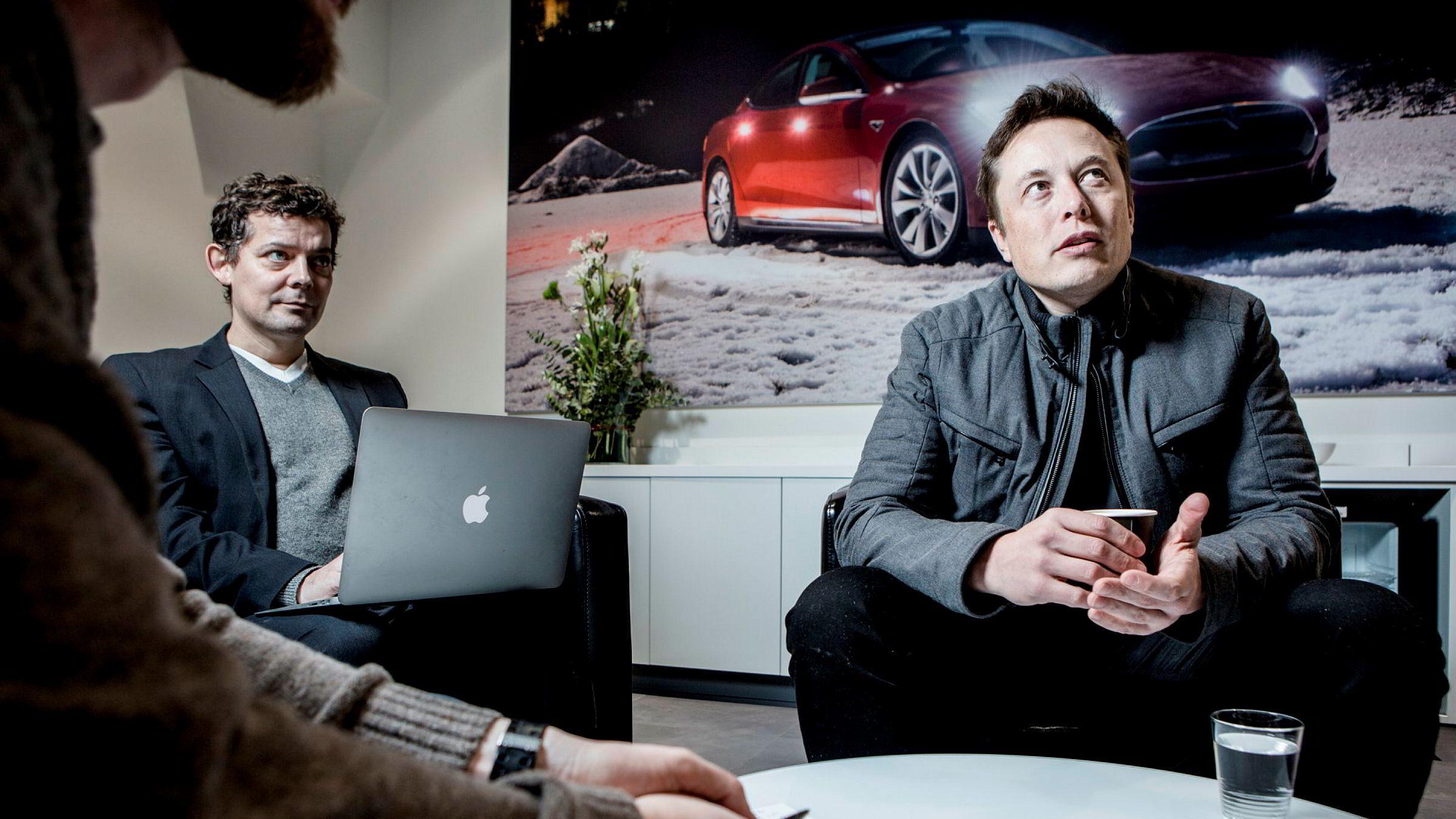 Elon Musk har vært styreleder i Tesla siden 2004. Nå skal aksjonærene stemme om han skal erstattes. Her er han fotografert på Skøyen i 2014, sammen med tidligere kommunikasjonssjef Esben Pedersen.