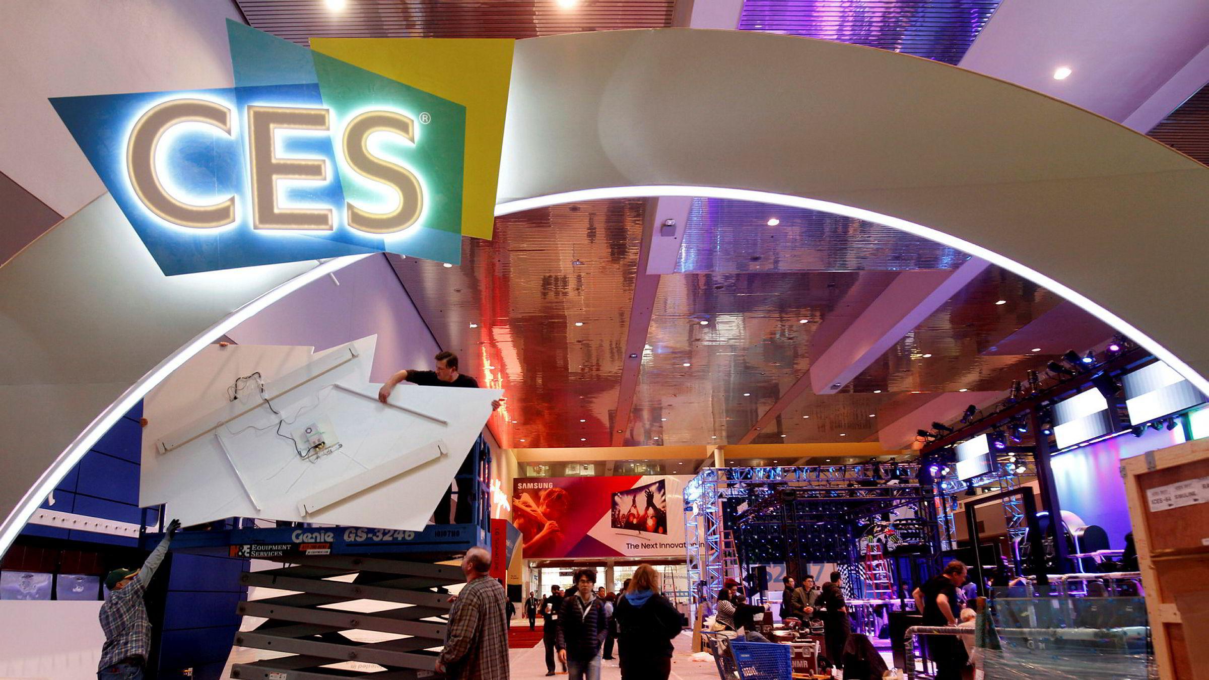 Arbeidere setter fortsatt opp utstillingene til CES-messen i Las Vegas. Torsdag åpner dørene.