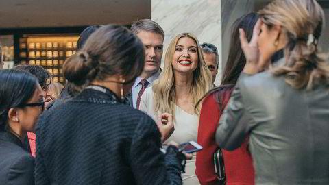 Ivanka Trump, datter av USAs president Donald Trump, og hennes ektemann Jared Kushner har fortsatt en eierandel verdt flere millioner dollar i dette Trump-hotellet nær Det hvite hus i Washington D.C. Her mingler hun med VIP-gjestene under åpningen av hotellet i oktober 2016.