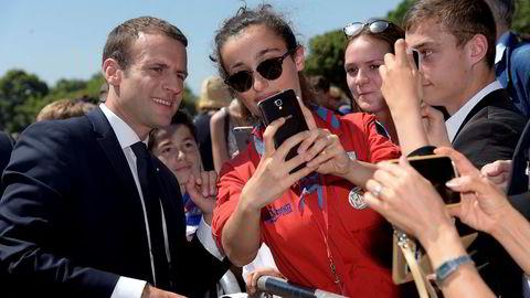 President Emmanuel Macron ved Mont Valeriens minnesmerke i Suresnes i nærheten av Paris søndag.