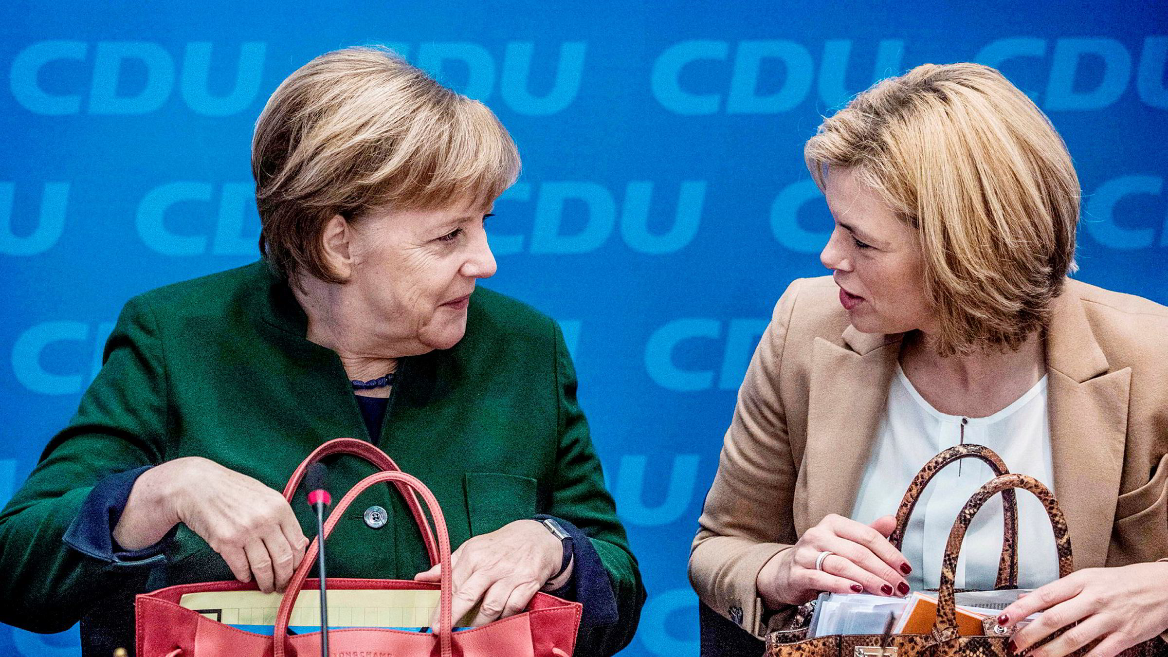 Fungerende forbundskansler Angela Merkel kan ha funnet en regjeringspartner. Her med partifelle og nestleder i CDU Julia Klöckner under et partimøte i Berlin mandag.