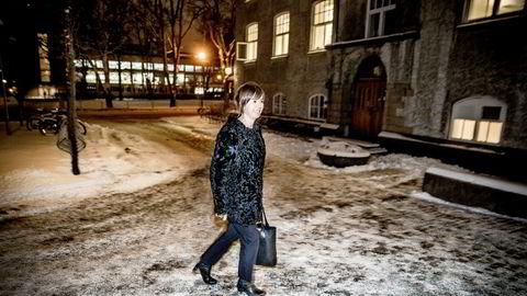 Administrerende direktør i IKT Norge, Heidi Arnesen Austlid, forteller at mangelen på sikkerhetspersonell har ført til de reneste krisetilstander i it-bransjen. Her på vei til et møte på NTNU i Trondheim.
