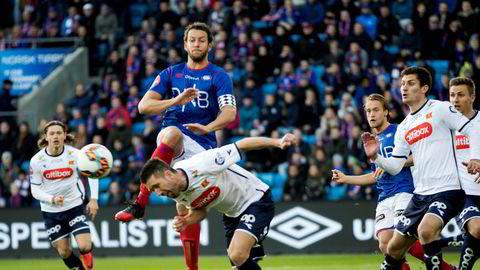 Konflikten mellom Norsk Toppfotball, Discovery og TV 2 ble ytterligere trappet opp etter at Vålerengas Jonatan Tollås Nation (i midten) deltok under TV 2s FotballXtra 2. påskedag. Her i duell med Vikings Steffen Ernemann.