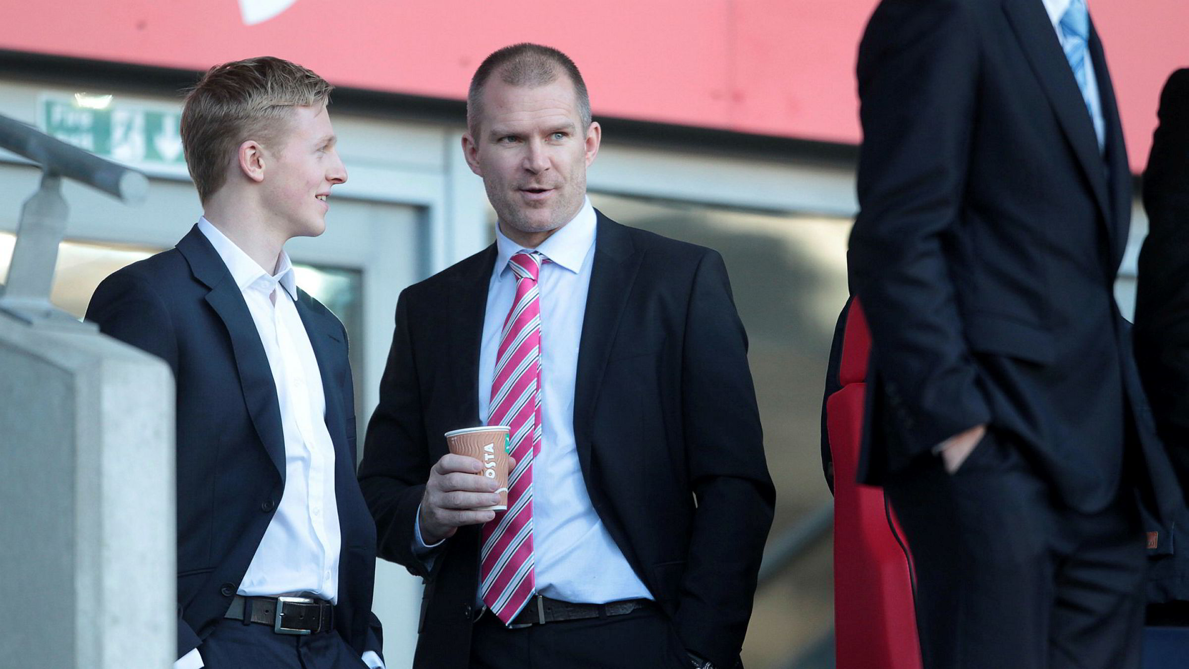 Jim Solbakken har over de siste fem årene tatt ut 27 millioner kroner i utbytte til seg selv. Her sammen med fotballspiller Mats Møller Dæhli i 2014.