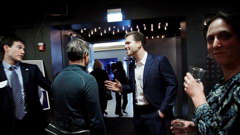 Mannen med løsningene.Joe Lonsdale (i midten), som deltok på Oslo Freedom Forum for å snakke om prosjektet «Tech mot korrupsjon», hilser her på Alex Gladstein, strategidirektøren i Human Rights Foundation, stiftelsen bak arrangementet i Oslo.
