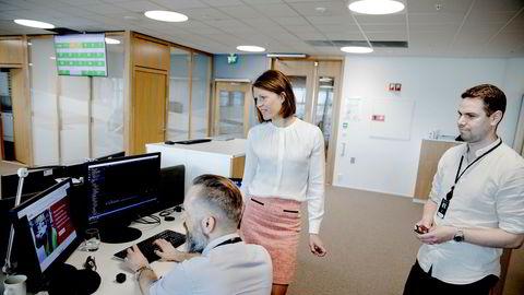 Leder Ragnhild Janbu Fresvik for bedriftsmarked i Sparebanken Vest følger nøye med på en test av betalingstjenesten Buffer. It-utvikler Tommy Låstad (til venstre) og forretningsutvikler Ørjan Karlsen står klar med tjenesten og lån kan innvilges før sommeren.