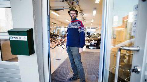 Per Rønning i Pers Bil opplever at interessen for dieselbiler faller. Han har nylig startet å selge elsykler for å ha flere ben å stå på.